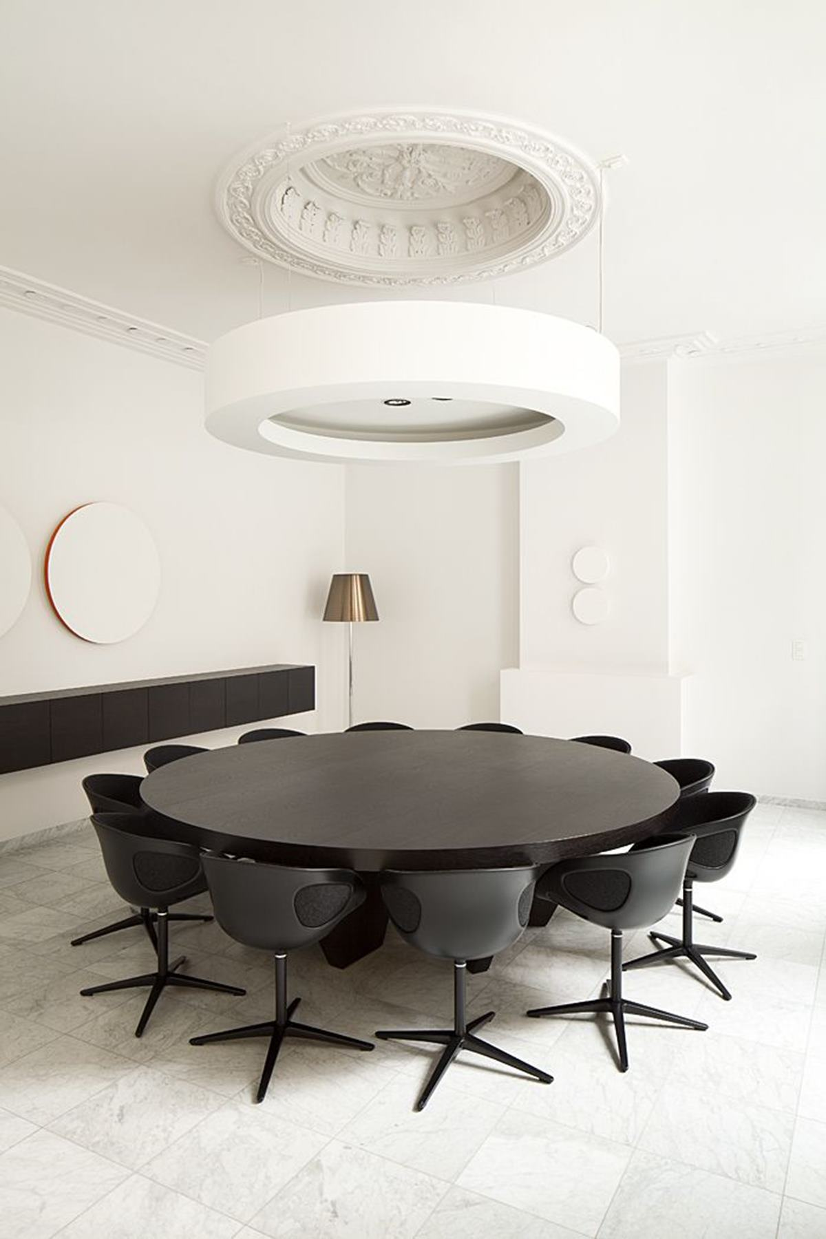 This minimalist, monochrome room
